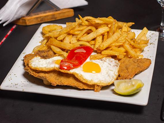 Milanesa completa con papas fritas y dos huevos fritos