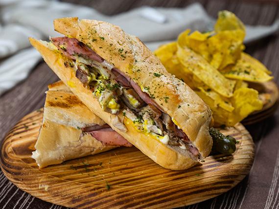 Sándwich cubano con mariquitas de plátano