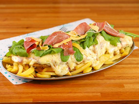 Mega mila con muzzarella, jamón crudo, rúcula y  papas fritas rústicas
