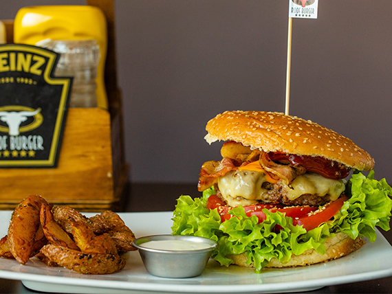 Roof Burger con papas rústicas y salsa