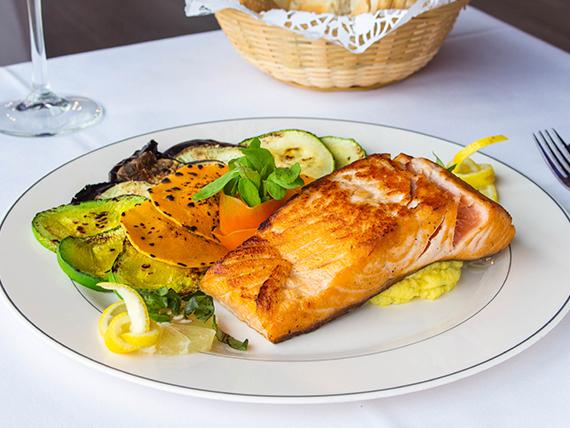 Salmón rosado grille con verduras grilladas