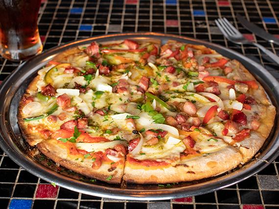 Pizza con panceta, morrón y cebolla