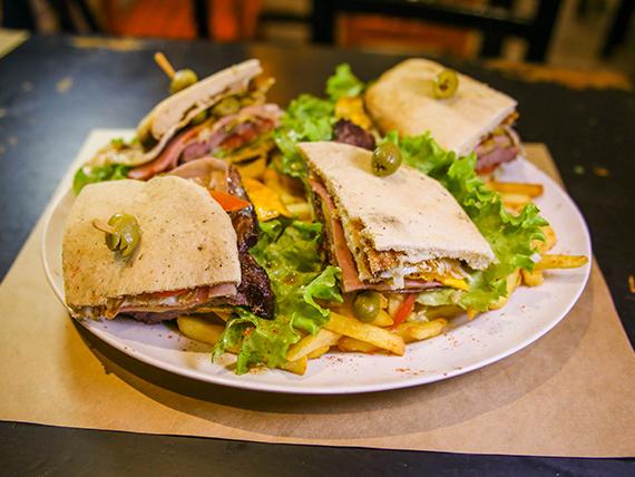 Ruta Hellmanns - Chivito de lomo en pan de pita (para dos)