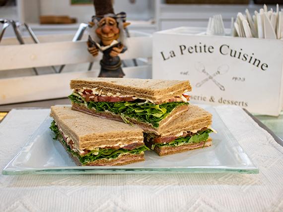 Sándwich triple de crudo, rúcula, parmesano y tomate (unidad)