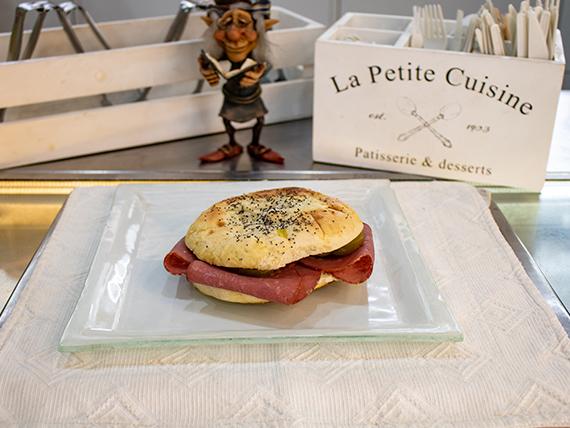 Pletzalaj de cantimpalo y queso