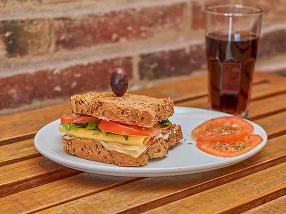 Sándwich gourmet + gaseosa 500 ml