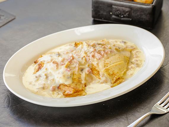 Crepes de jamón y queso con salsa
