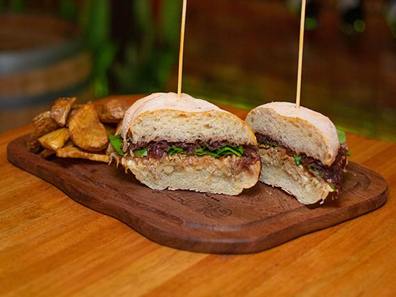 Sándwich de bondiola de cerdo barbecue con papas fritas
