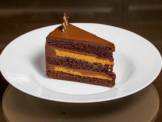 Manjar toffee y truffa en bizcocho de chocolate negro