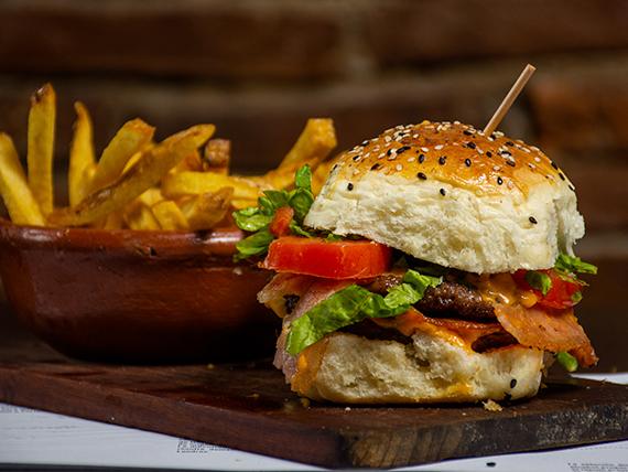Hamburguesa de ternera con papas fritas