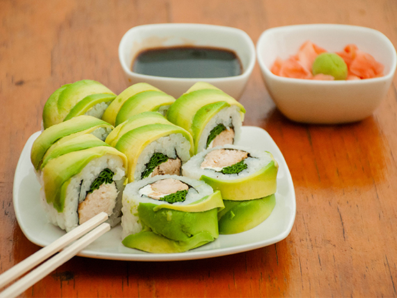 Avocado roll con pollo teriyaki, queso y ciboulette