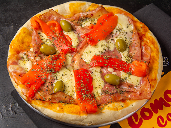 Pizza con jamón y morrón