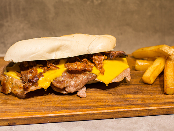 Sándwich de bondiola asada + papas bastón