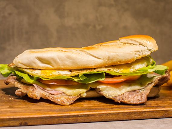 Sándwich de bondiola criolla + papas bastón