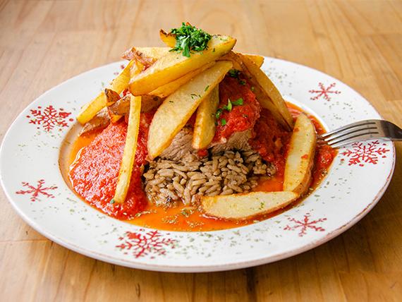Mechada al pomodoro con arroz funghi y papas fritas caseras