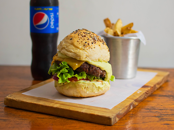 Combo 4- Hamburguesa chihuaha + papas fritas + gaseosa línea Pepsi