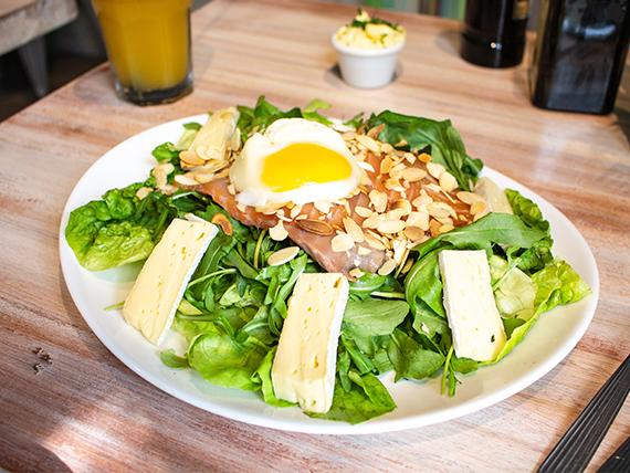 Ensalada de salmón, brie y huevo soft