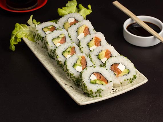 Roll de kanikama, queso crema y palta, envuelto en sésamo (10 piezas)
