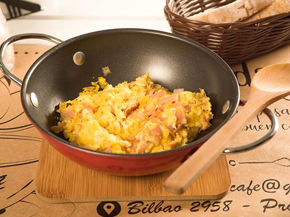 Tostadas con huevos revueltos y jamón (3 unidades)