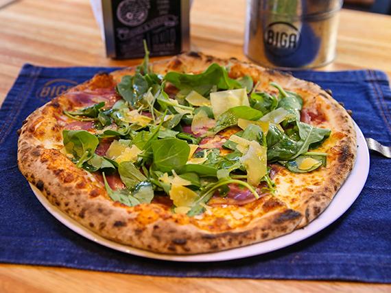 Pizza con panceta y rúcula