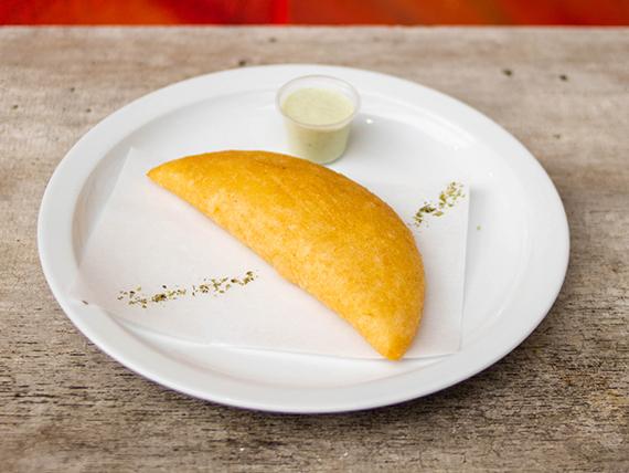 Empanada de queso y pollo en masa venezolana