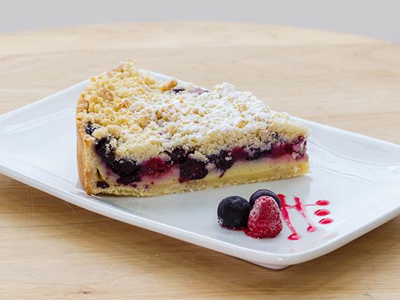 Porción tarta kuchen de miga berries