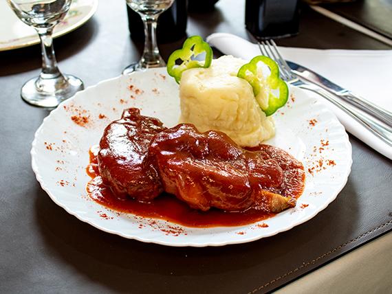 Bondiola de cerdo con salsa barbacoa acompañada con puré