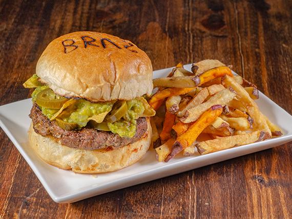 Jalapeño burger con papas fritas