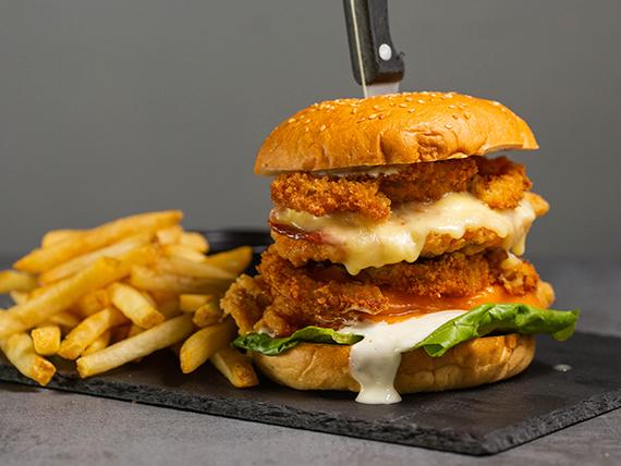 Búffalo chicken burger con guarnición