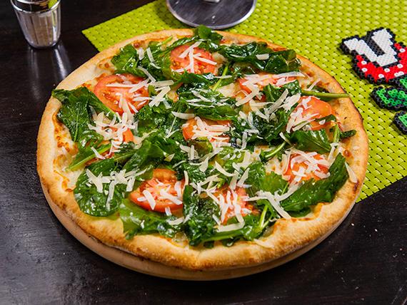 """Pizza con rúcula, tomate, queso especial, mozzarella y aceite 16"""""""