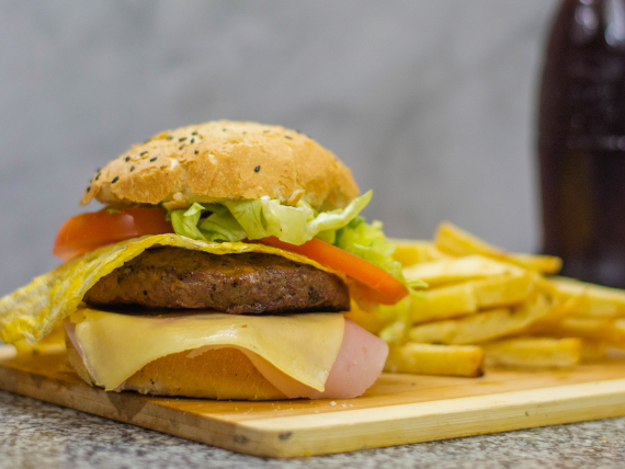Hamburguesa completa con papas fritas y gaseosa de 275 ml