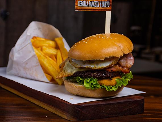 Burger cebolla, panceta y huevo con papas fritas