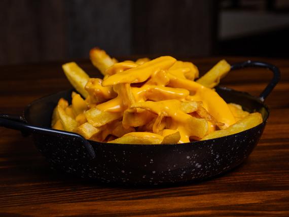 Papas fritas con cheddar y panceta ahumada