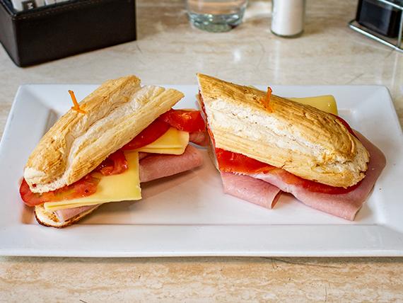 Sándwich de jamón cocido, queso, tomate y mayonesa