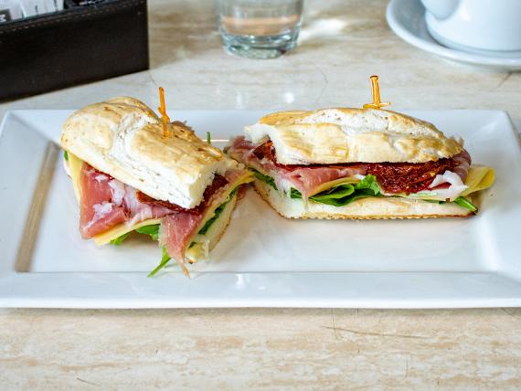 Sándwich de jamón crudo, queso y manteca