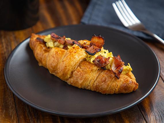Croissant huevo y bacon