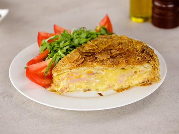 Tarta de jamón y queso con ensalada mixta