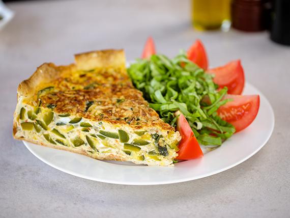 Tarta de zapallito con ensalada de tomate y albahaca
