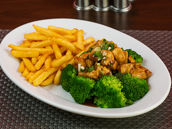 Pollo con brócoli y guarnición