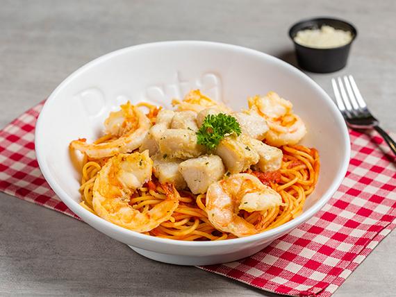 Spaghetti con camarones y dorado al pomodoro