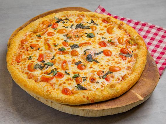Pizza con tomates cherry y albahaca fresca