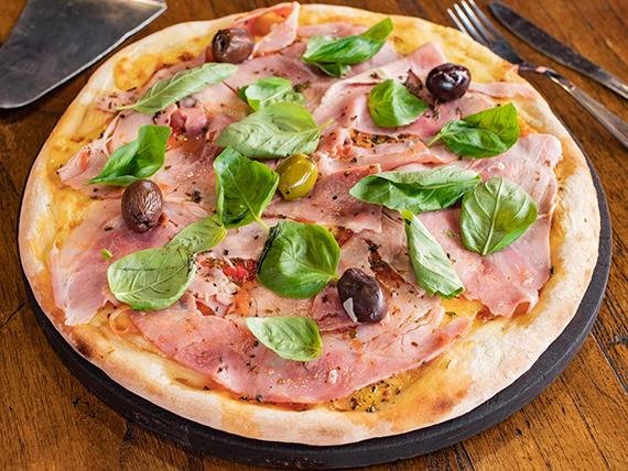 Pizza con mozzarella, jamón cocido natural y albahaca grande