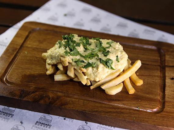 Papas con salsa de huevo frito