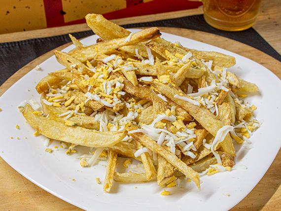 Porción de papas fritas con huevo revuelto