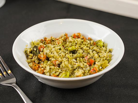 Ensalada de quinoa, espinaca, legumbres, verduritas