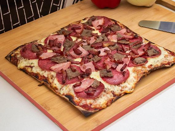 Pizza cuatro carnes familiar
