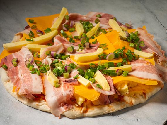 Promo 2 - Pizza con salsa, muzzarella, panceta, cheddar, verdeo, barbacoa y papas fritas