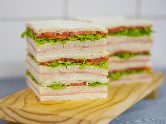 Sándwiches triples comunes (18 unidades)