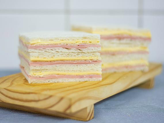 Sándwiches triples comunes (24 unidades)
