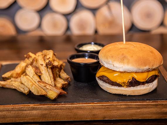 Chesse burger con papas fritas y 2 salsas a elección